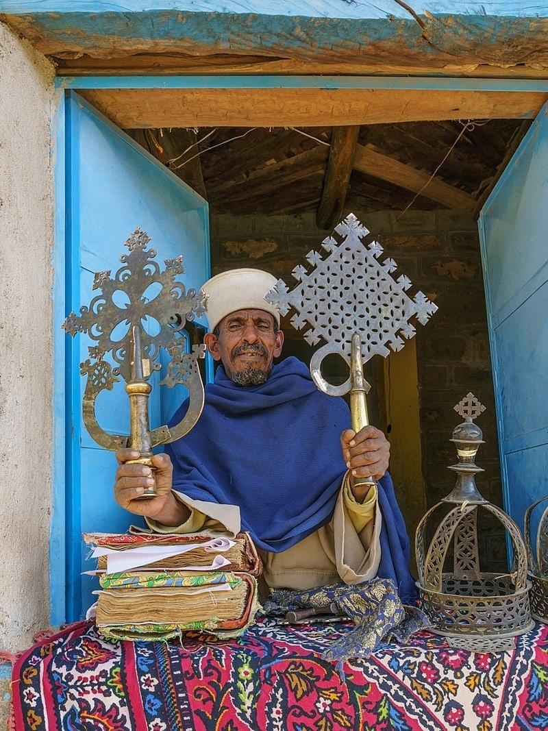 Священник Эфиопской православной церкви в монастыре Абба Пенталевон в Аксуме, регион Тыграй.jpg