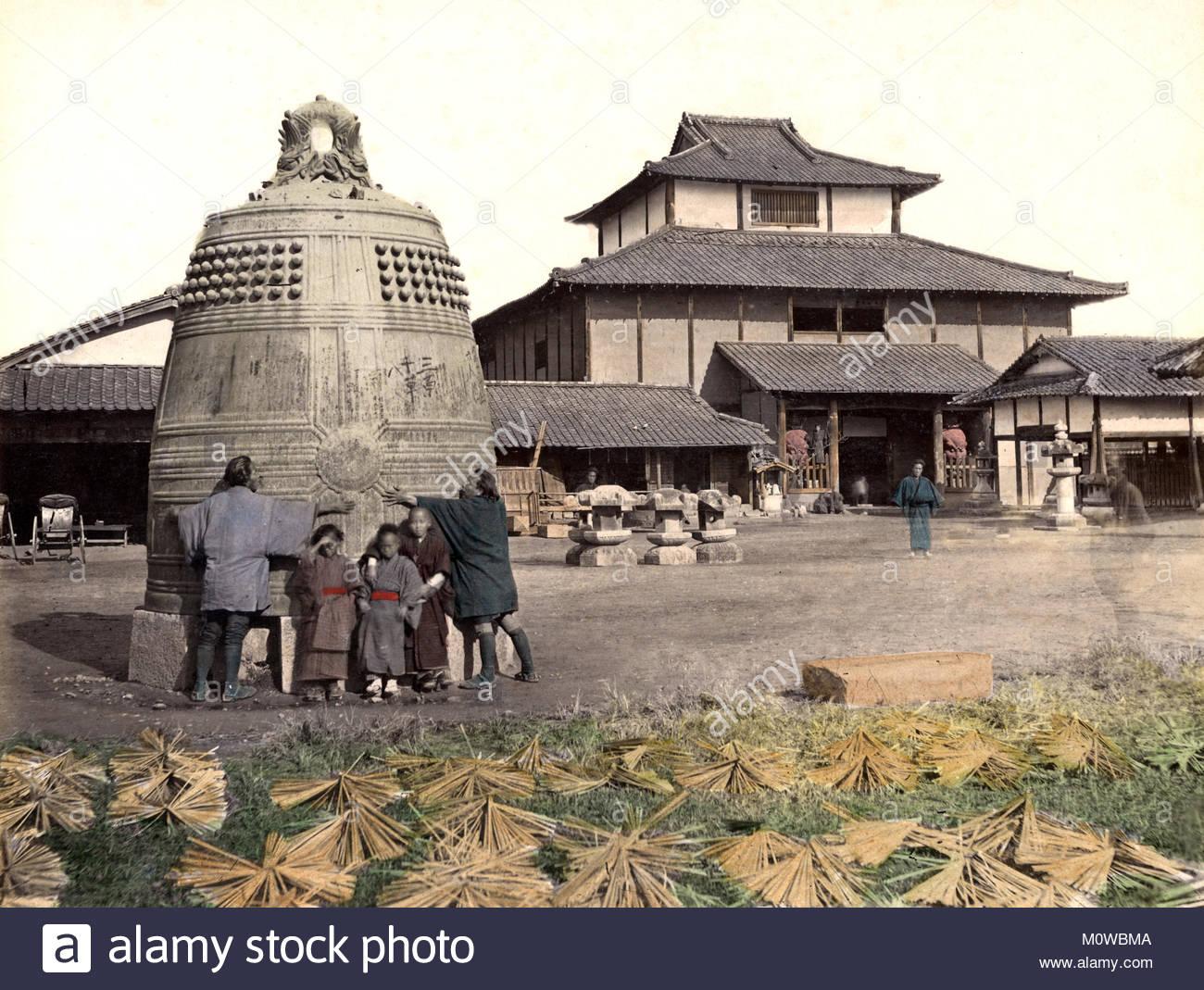 c-1880s-japan-giant-bronze-bell-M0WBMA.jpg