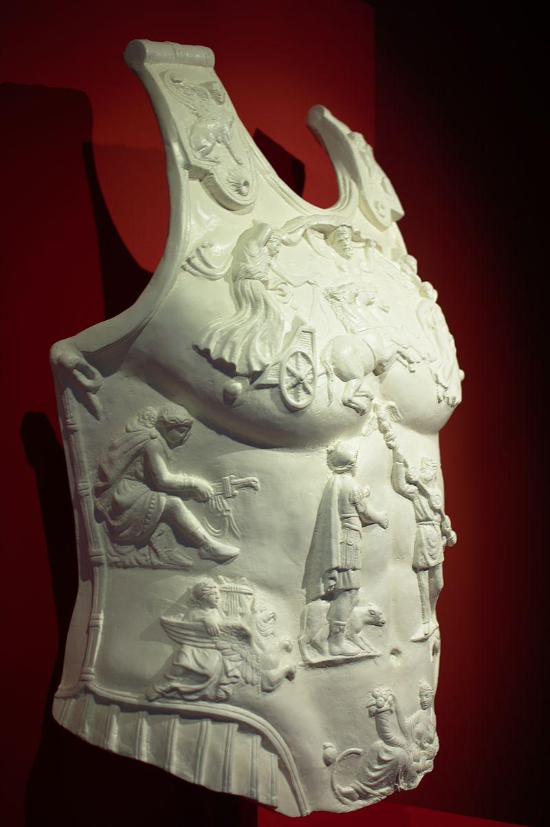 Museo_del_teatro_romano_-_coraza_perfil.jpg