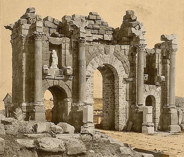 Roman_Arch_of_Trajan_at_Thamugadi_(Timgad),_Algeria_04966r.jpg