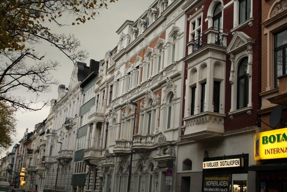 Typical_Aachen_street_with_early_20th-century_Gründerzeit_houses_(2).jpeg